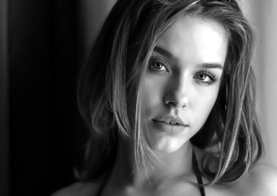 Potraitfotografie Tipps und Tricks: Schwarz Weiss Aufnahme eines weiblichen Models mit Scharfstellung auf das linke Auge
