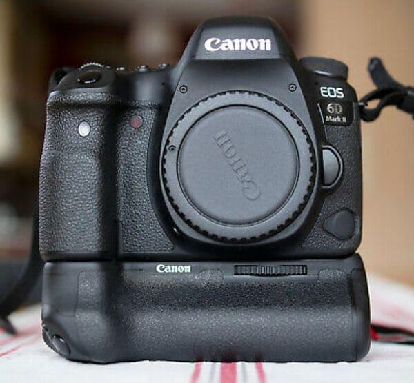 Canon EOS 6D Mark II mit angebautem originalen Batteriegriff für Kameras
