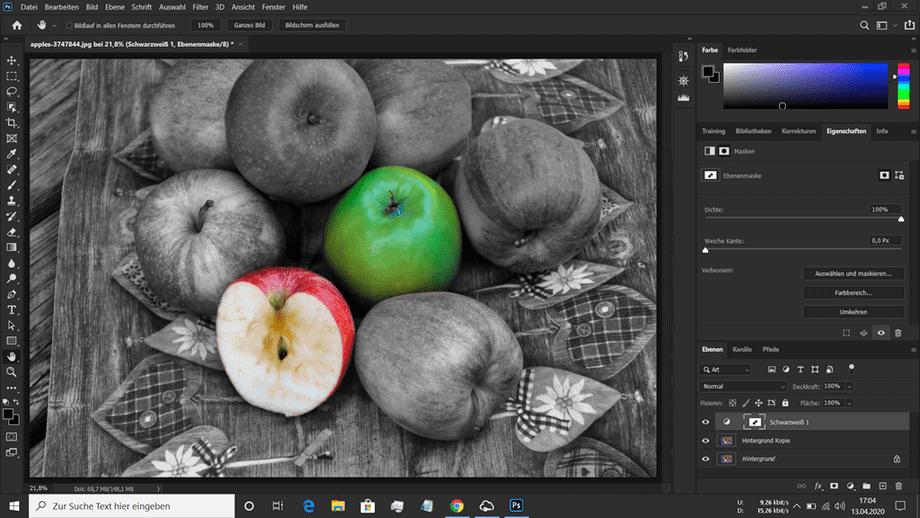 Teilkolorierung Still Life in Schwarz Weiss eines Korbes mit Äpfeln mit einem grünen und einem roten Apfel im Vordergrund