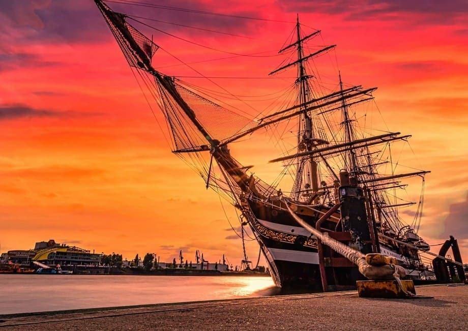 Sonnenuntergänge fotografieren in der Stadt - Segelschiff Amerigo Vespucci in Hamburg mit Hafenkulisse im Hintergrund