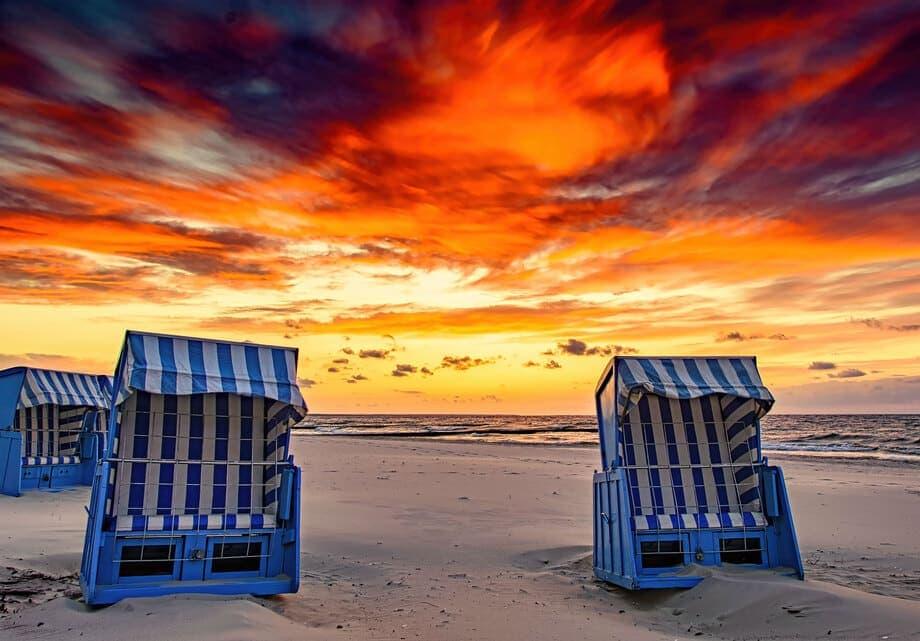 Sonnenuntergänge fotografieren - Ein Sonnenuntergang am Meer mit Strandkörben im Vordergrund
