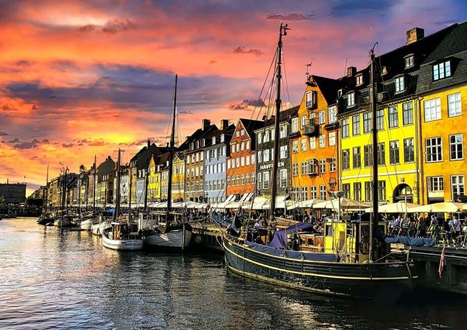 Sonnenuntergänge fotografieren - Sonnenunterg am alten Hafen von Nyhavn mit Fluss und Booten im Vordergrund