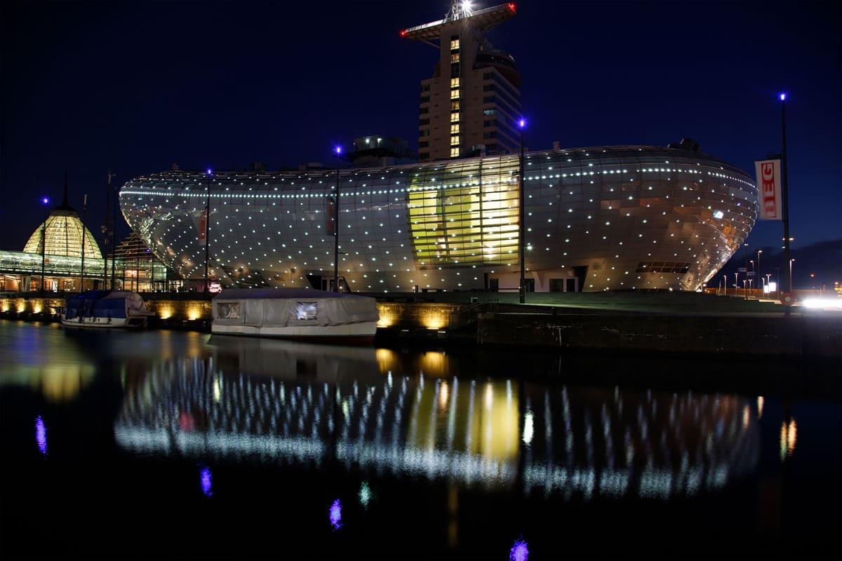 Nachtaufnahme vom Klimahaus Bremerhaven ist das Gewinnerbild der Umfrage zur Blogparade Bildbearbeitung