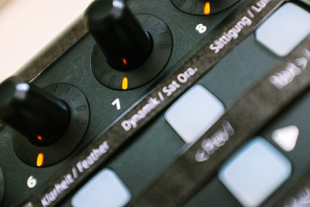 Detailaufnahme eines Midi Controller mit Beschriftung für Lightroom als Loupedeck Alternative