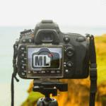 DSLR Kamera von hinten mit dem Logo von Magic Lantern, der alternativen Firmware für Canon DSLR, auf dem Kameradisplay