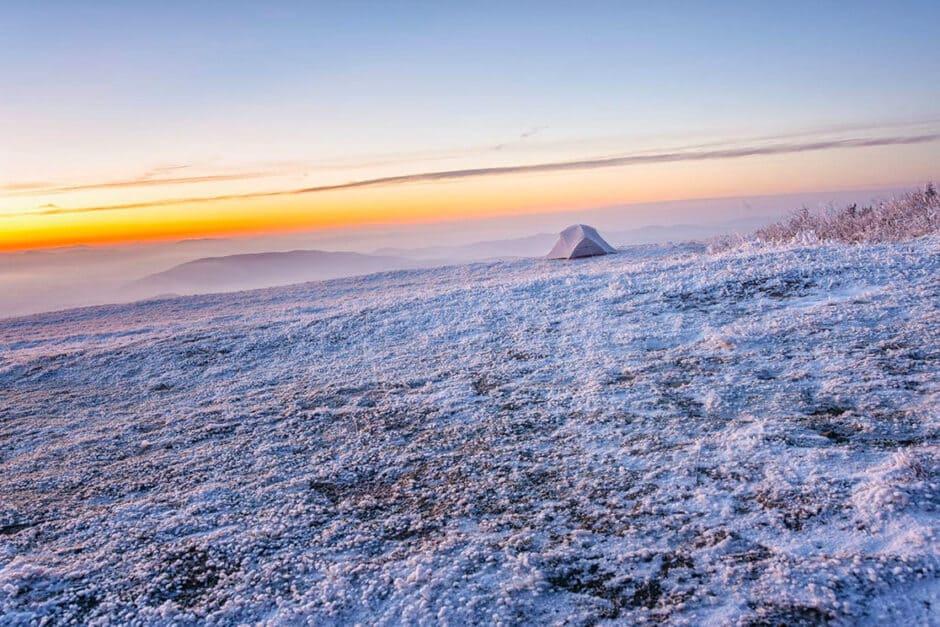 Beispiel eines schiefen Horizontes: Meer im Sonnenuntergang mit schiefem Horizont