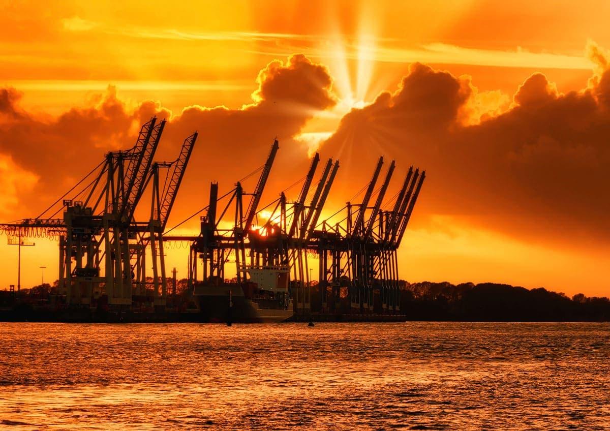 Containerbrücke vom Burchardkai Hamburg im Sonnenuntergang fotografiert mit dem Joby Gorillapod 5K