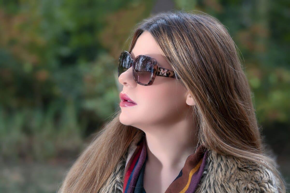 Canon EF 50mm f/1.8 STM in der Portraitfotografie: Frau mit Sonnenbrille und langen Haaren von der Seite