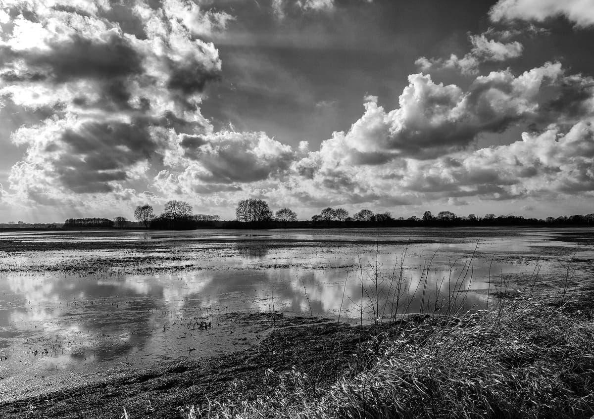 Mit Rot-Filter aufgenommene Landschaft bei Fischerhude in Fischerhude als Beispielbild für Filter in der Digitalfotografie