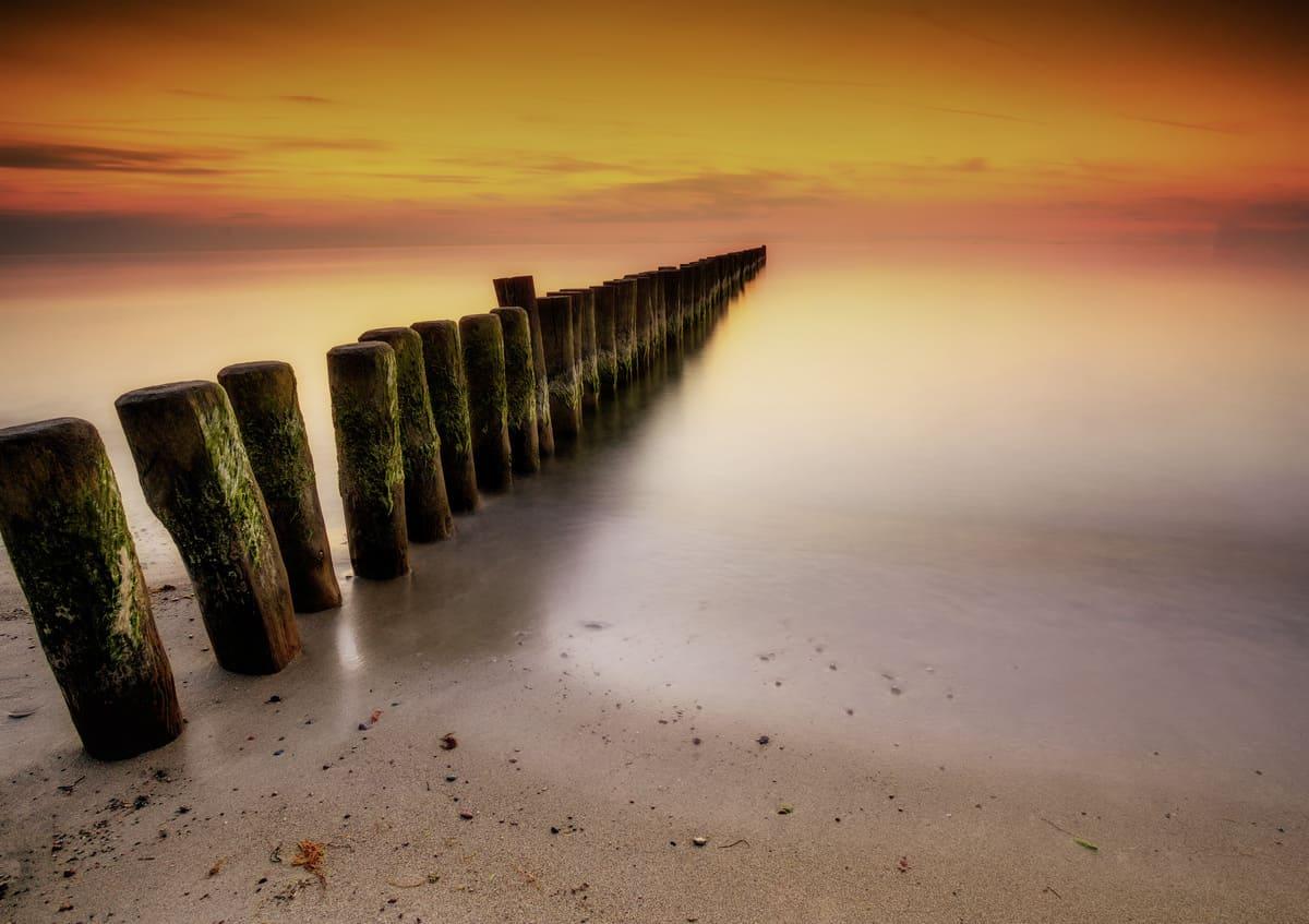 Mit Polfilter und ND Filter aufgenommener Sonnenuntergang am Strand auf dem Darss als Beispielbild für Filter in der Digitalfotografie
